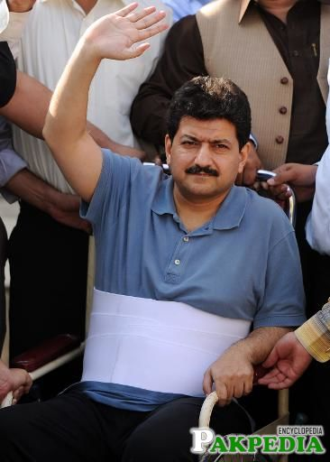 Leading Pakistani TV journalist Hamid Mir, who survived an April attack by gumen in Karachi