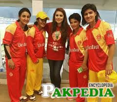 Picture Of Momina Mustehsan With Female Players of Islamabad United