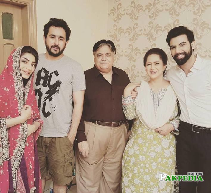 Mariam Ansari with the cast of 'Be-Aaib'
