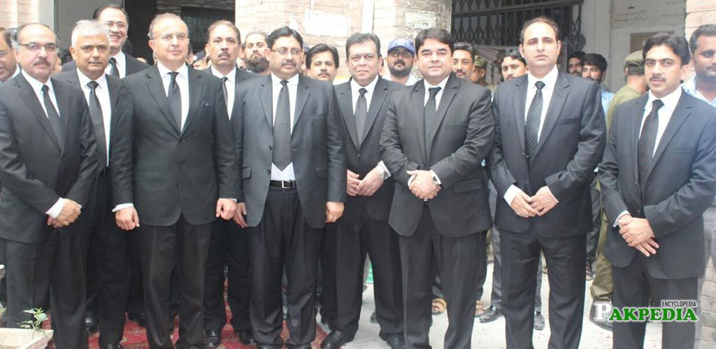 Honourable judge with bar council members