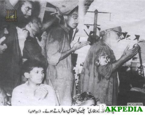 Ata Ullah Shah Bukhari is praying in this picture on Right side