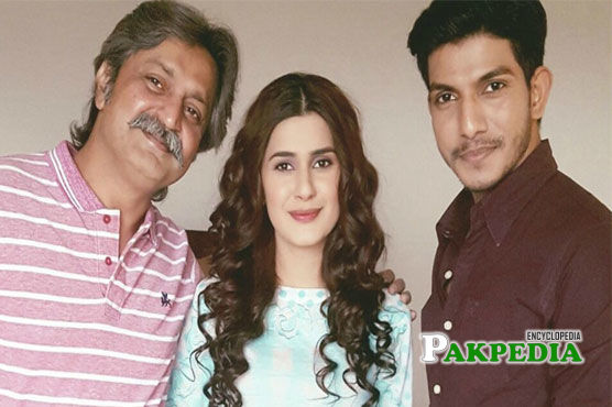 Mohsin Abbas with the cast of 'Muqabil'