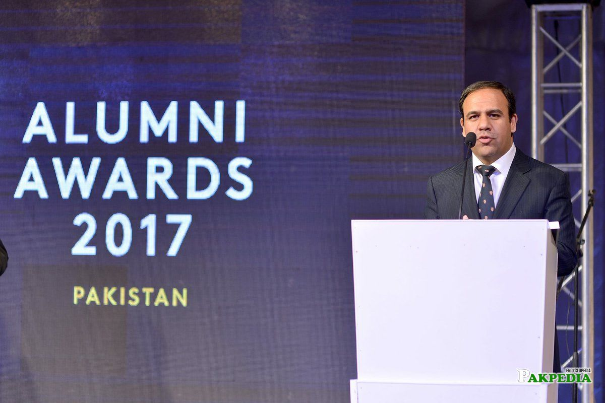 Dr umar at alumini awards