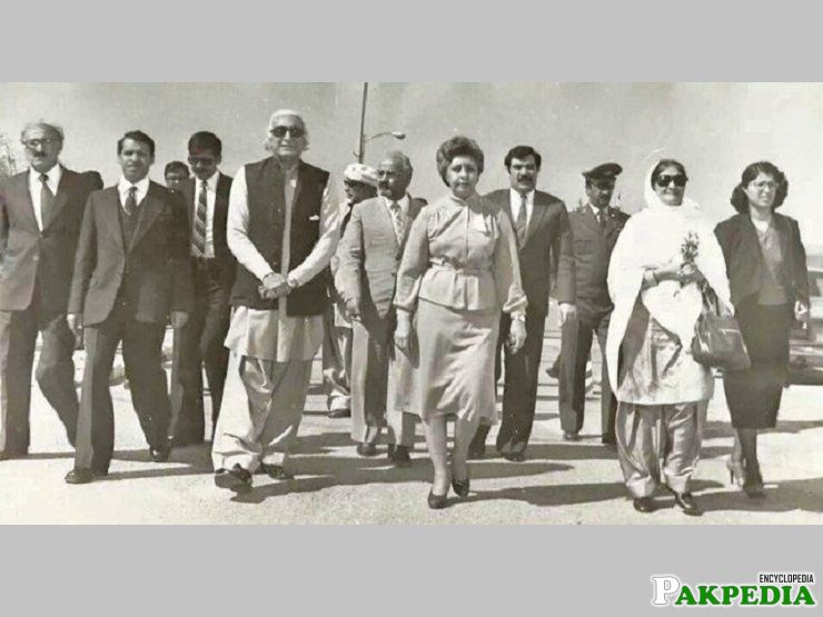 Begum walks with Wali Khan-BEGUM NASEEM'S LIBRARY