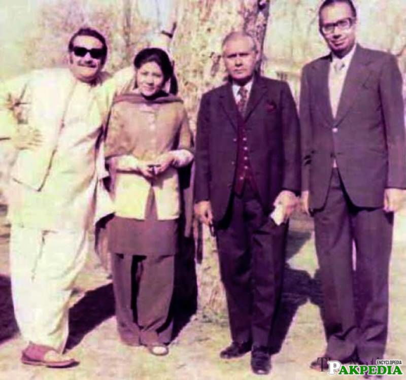 Young image of Bano Qudsia and Ashfaq ahmad with Ibn-e-insha