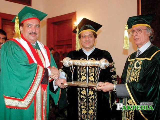 Vice Chancellor Peerzada Qasim Raza Siddiqui presents the award