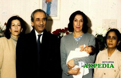 Hakim Ali Zardari with Sanam Bhutto and Nusrat Bhutto