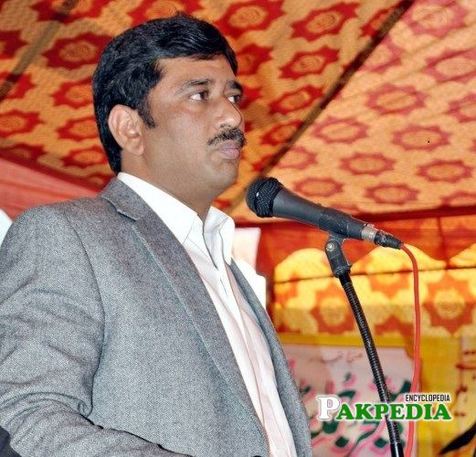 Azhar Qayyum while addressing with people