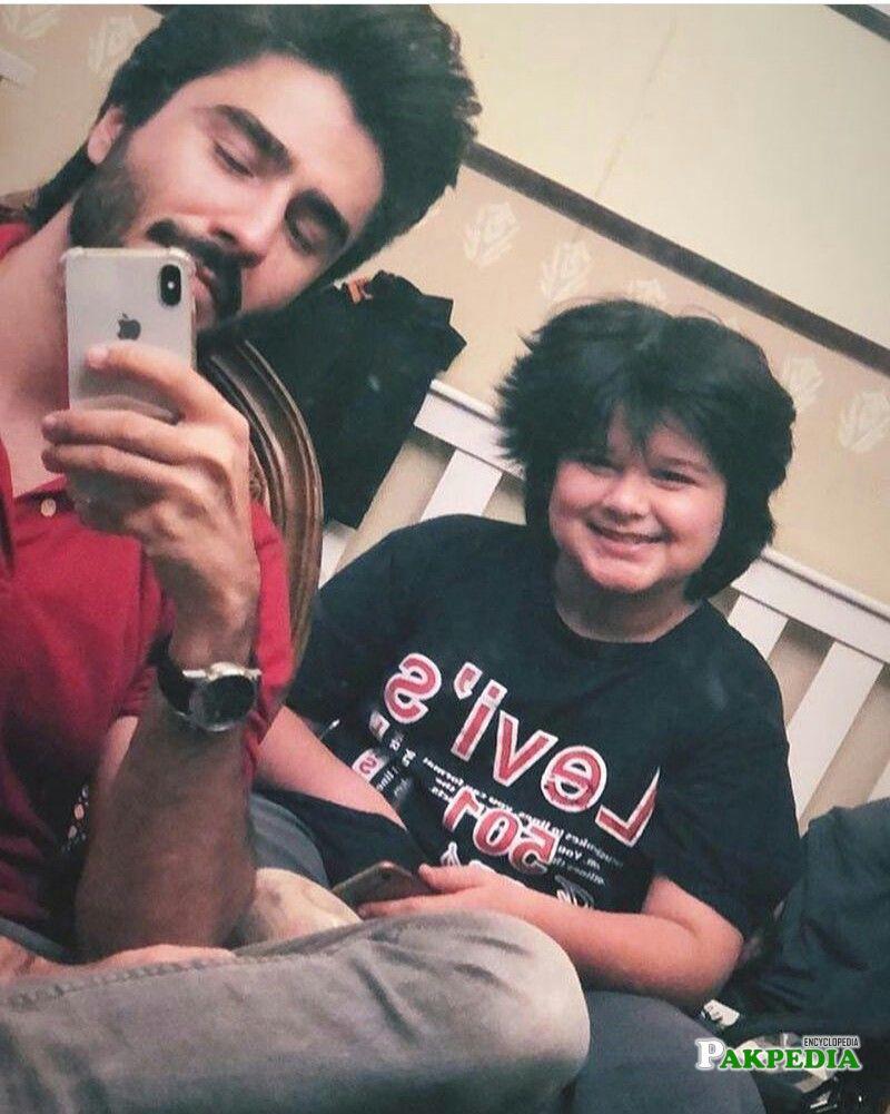 Nabeel Zuberi with Sami Khan on sets of Suno Chanda