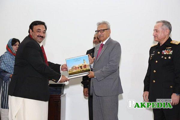 Raja Yawar Kamal receiving his medal from Arif Alvi