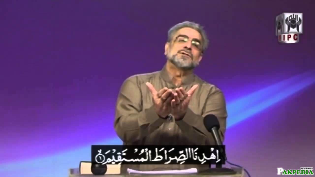 Mohammed Shaikh offen a prayer