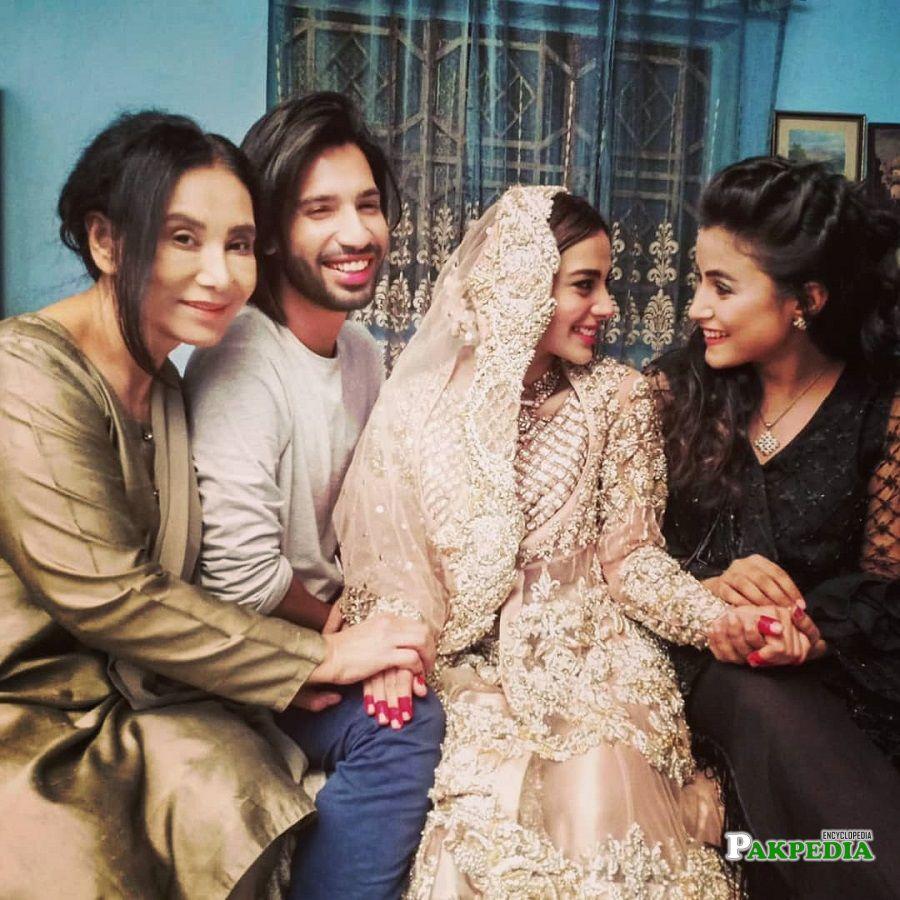 Ammara Butt with cast of Ranjha Ranjha Kardi