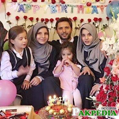 Shahid Afridi With His Daugthers