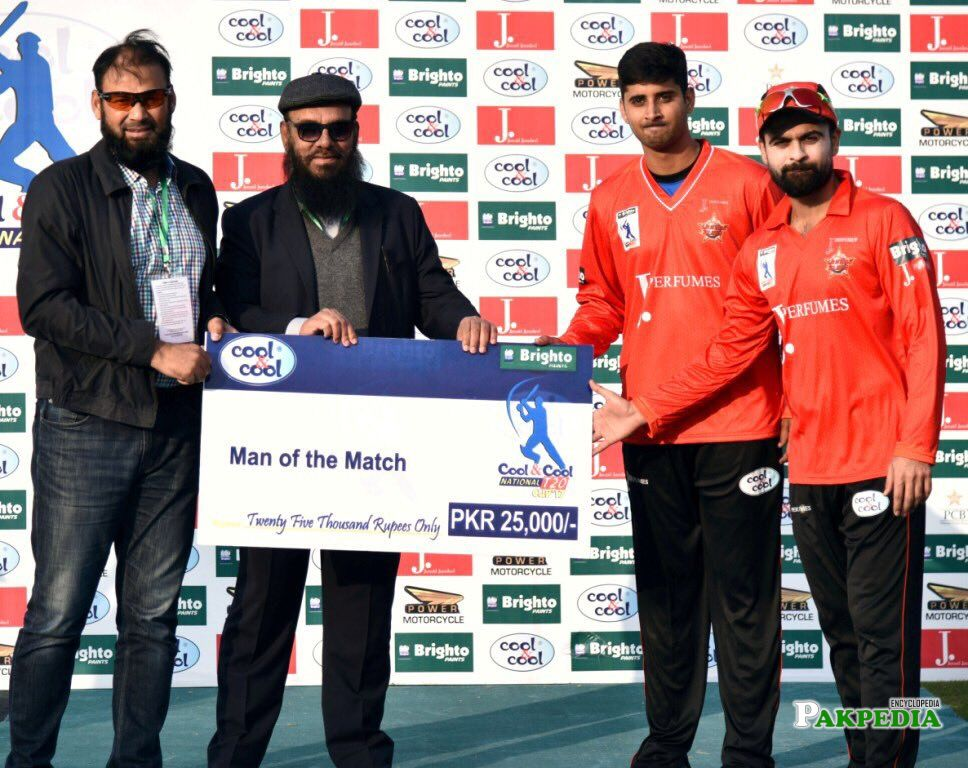 Ali Shafiq receiving his check after becoming man of the match