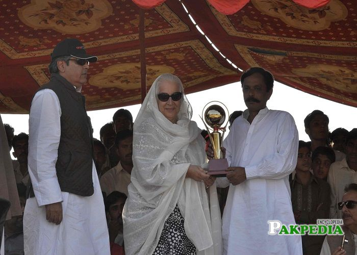 Zakia Khan distributing cup to the best team of Tent pegging