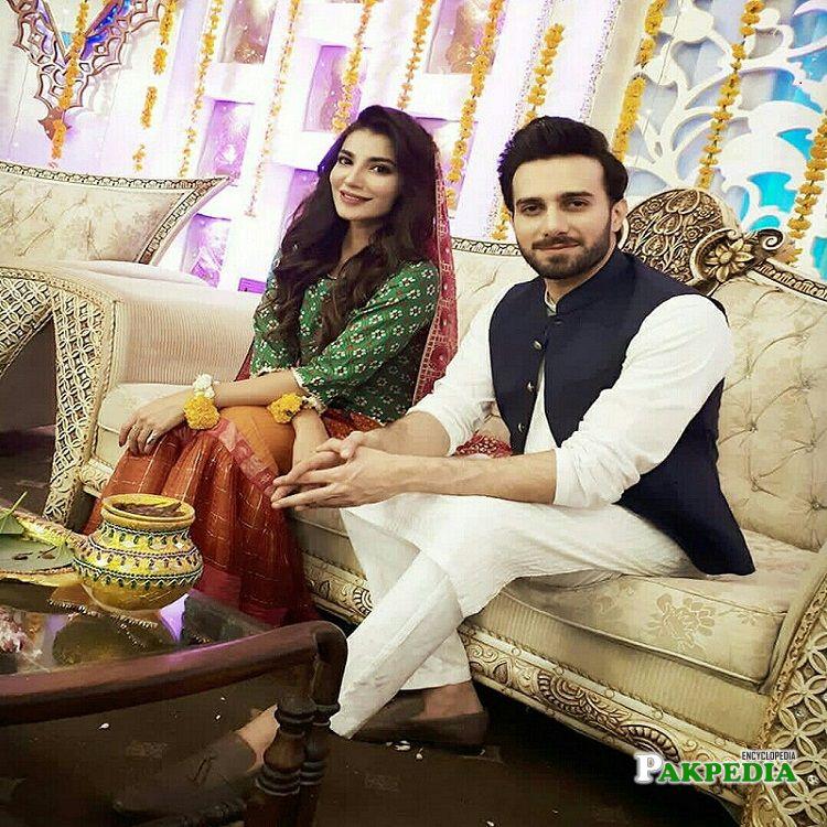Emmad Irfani with Naveen Waqar on set
