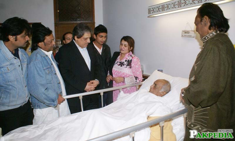 Sindh Governor Dr. Ishrat Ul Ebad Khan inquires after the health of renowned artist Mehdi Hasan at Agha Khan Hospital.