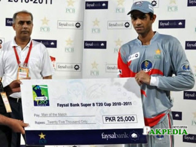 Shakeel Ansar receiving his check after becoming man of the match