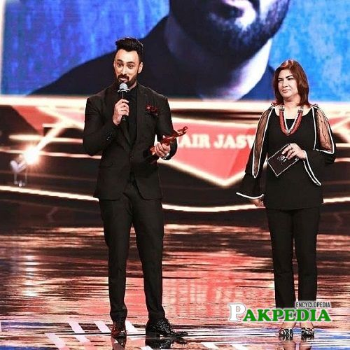 Umair while receiving the most stylish performer award
