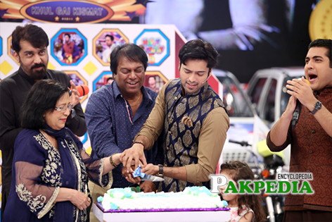 Fahad mustafa celebrating his birthday on jeeto pakistan