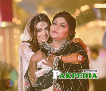 Anumt qureshi with her mother